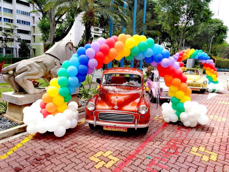 葡萄酒汽车和五颜六色的气球 免版税库存照片