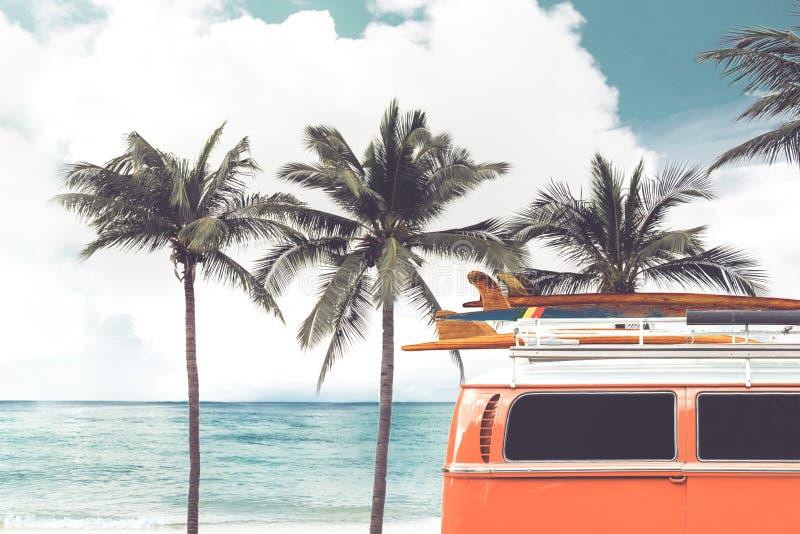 葡萄酒汽车在与一个冲浪板的热带海滩海边停放了在屋顶 免版税库存照片
