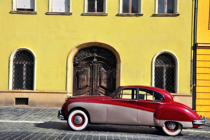 葡萄酒汽车在老街道上停放了在布达佩斯 库存图片