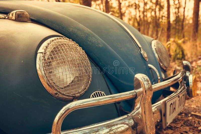 葡萄酒汽车大众减速火箭的蓝色颜色在森林留下布朗 免版税库存照片