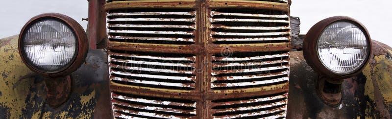 葡萄酒汽车生锈的格栅  免版税库存照片