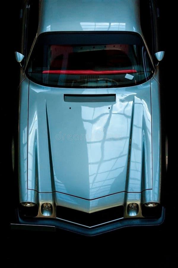 葡萄酒汽车的前面在黑背景的 图库摄影