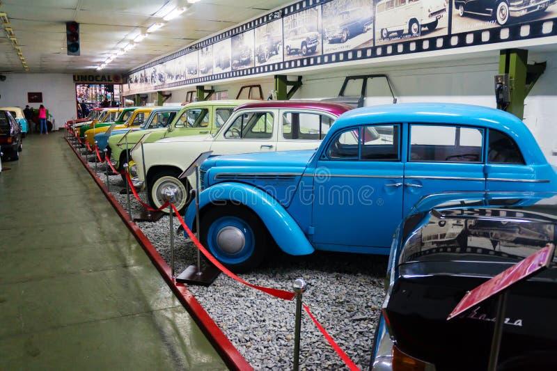 葡萄酒汽车苏联和美国敞蓬旅游车博物馆  免版税库存照片