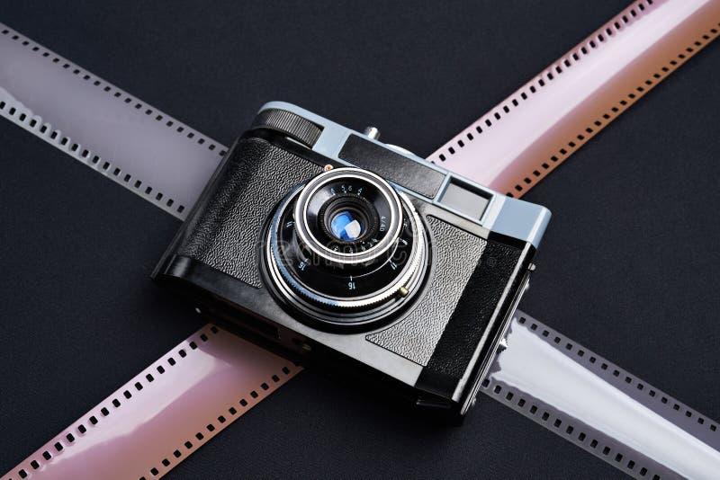 葡萄酒测距仪照相机和胶片 免版税库存图片