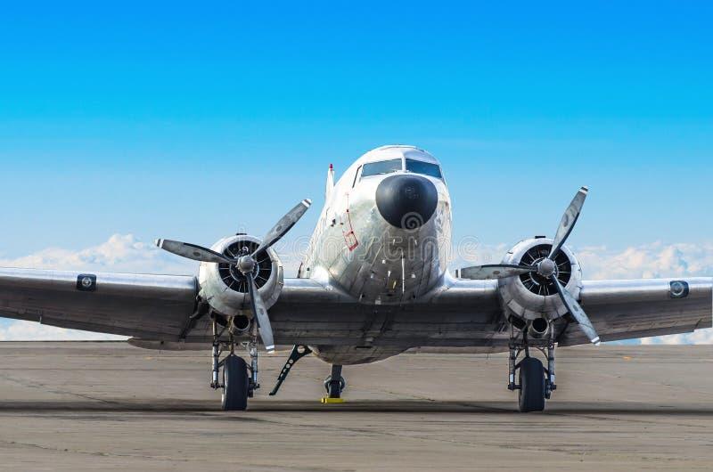 葡萄酒涡轮螺旋桨发动机飞机停放在机场 免版税图库摄影