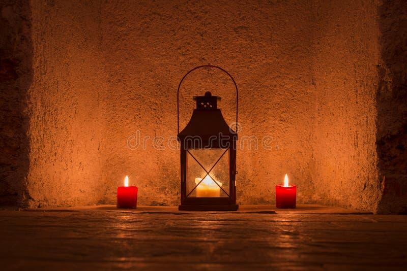葡萄酒点蜡烛在金属灯笼 免版税库存照片