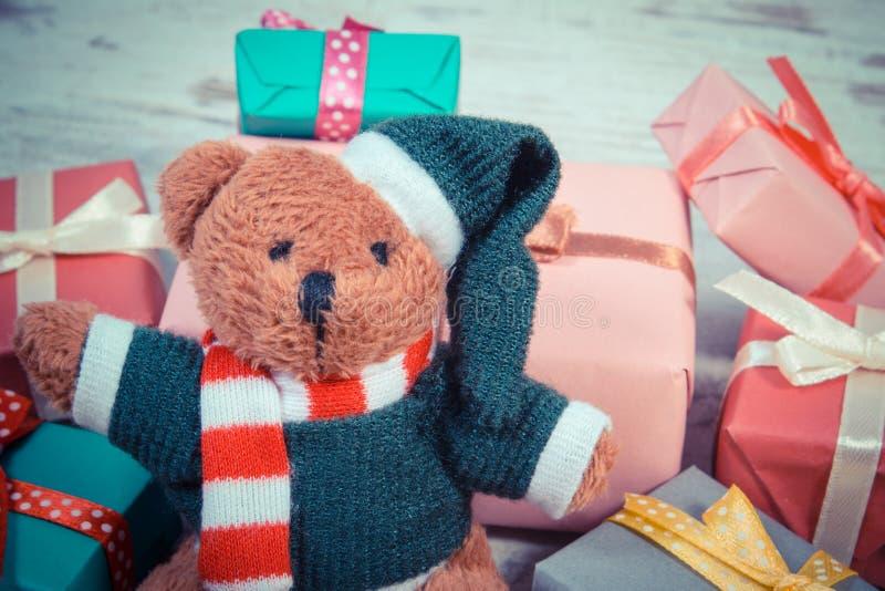 葡萄酒照片、玩具熊与礼物圣诞节的或其他庆祝 库存照片