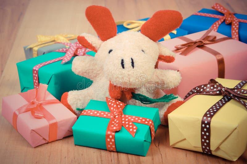葡萄酒照片、长毛绒驯鹿与五颜六色的礼物圣诞节的或其他庆祝 库存照片