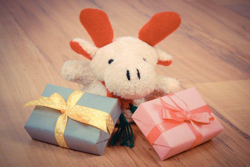 葡萄酒照片、长毛绒驯鹿与五颜六色的礼物圣诞节的或其他庆祝 免版税图库摄影