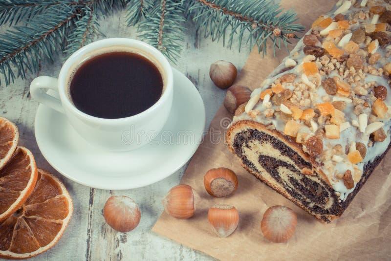 葡萄酒照片,罂粟种子结块,咖啡和云杉的分支,圣诞节的点心 库存照片