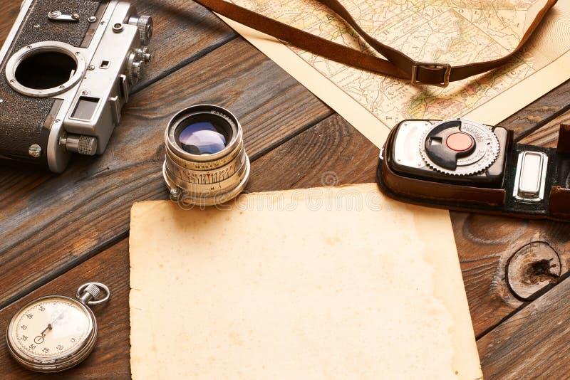 葡萄酒照相机和透镜在古董XIX世纪地图 图库摄影