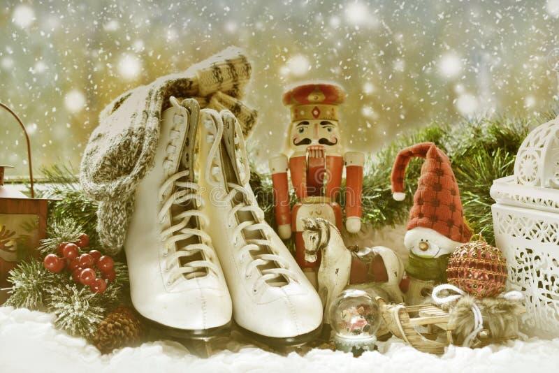 葡萄酒玩具和老冰鞋在窗口基石圣诞节的 免版税库存照片