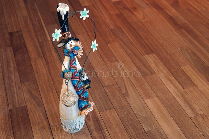 葡萄酒玩具在木背景的雪人小雕象 免版税库存照片