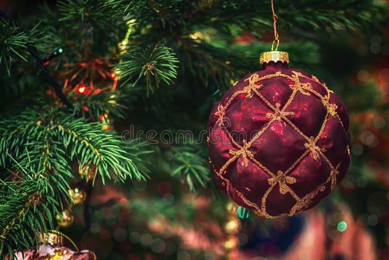 葡萄酒玻璃圣诞树装饰-彻斯特经典球 在云杉绿色分支的圣诞树玩具  免版税图库摄影