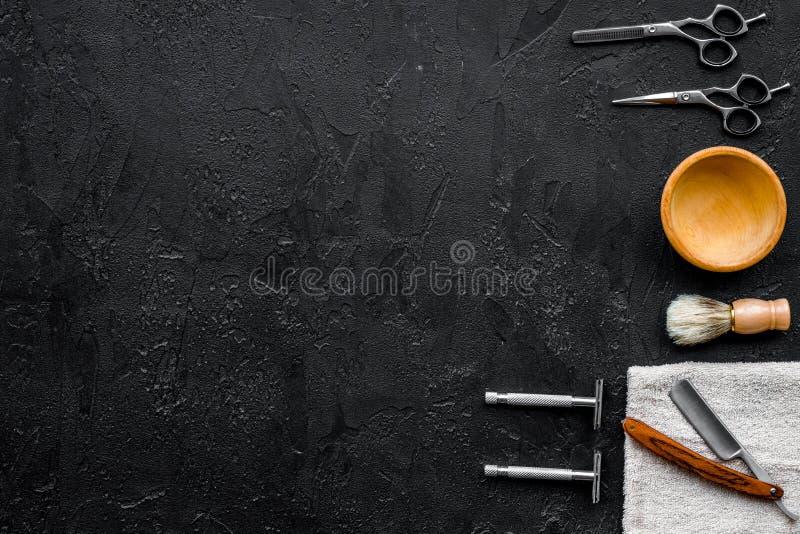葡萄酒理发店工具 剃刀, sciccors,在黑背景顶视图copyspace的刷子 库存照片