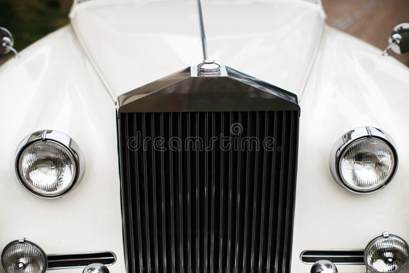 葡萄酒用花装饰的婚礼汽车,关闭 免版税库存图片