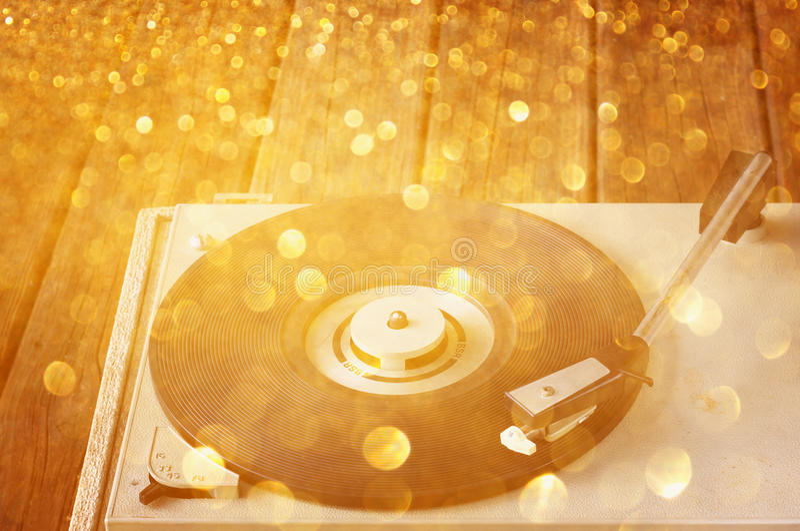 葡萄酒电唱机和闪烁光 库存照片