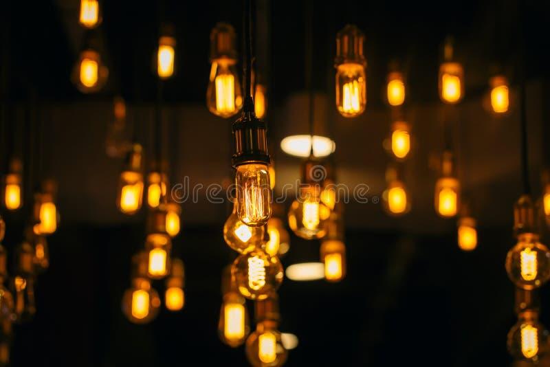 葡萄酒电灯泡照明设备装饰咖啡馆顶楼样式 免版税图库摄影