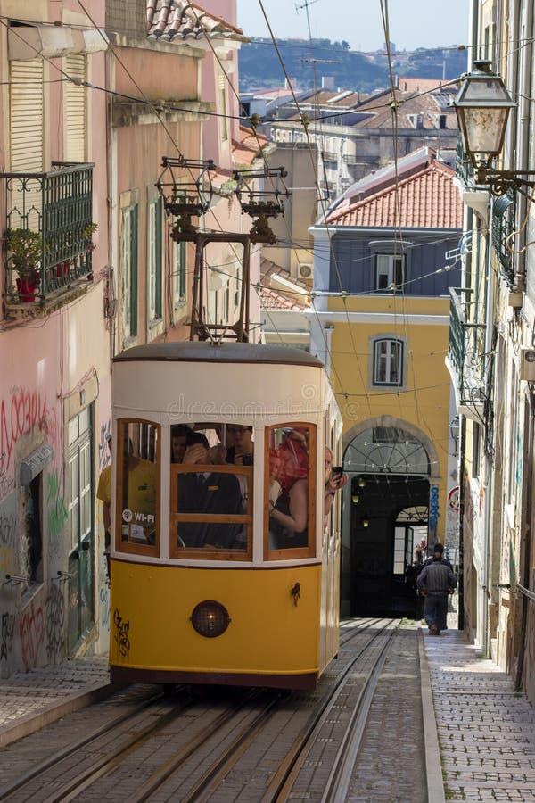 葡萄酒电车在里斯本的市中心 库存照片