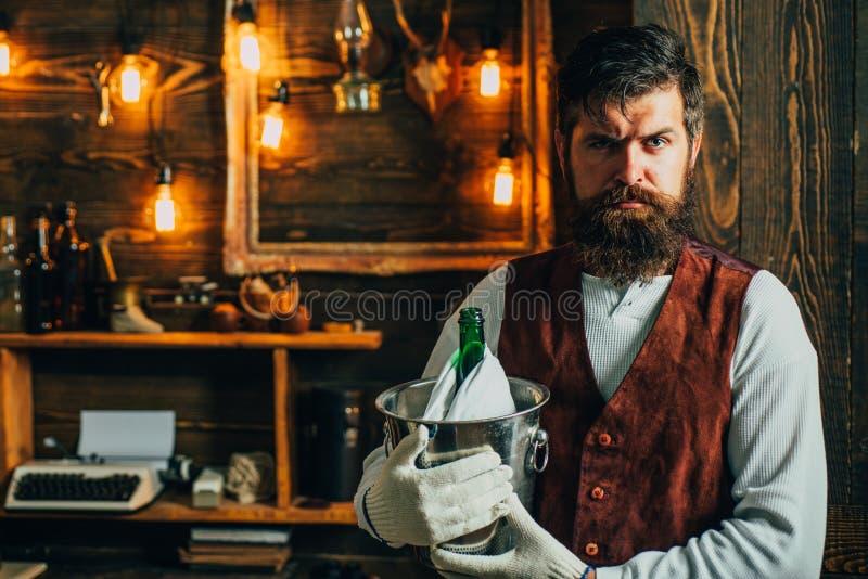 葡萄酒男服务员 男服务员行家,当酒吧侍者 斟酒服务员口味酒精饮料 饮用和党概念 Degustation和 库存照片