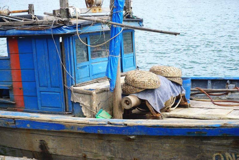 葡萄酒的特写镜头在会安市,越南附近绘了在河的木渔船 库存照片