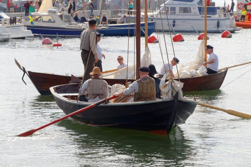 葡萄酒的水手在harbo给荡桨老帆船穿衣 免版税图库摄影