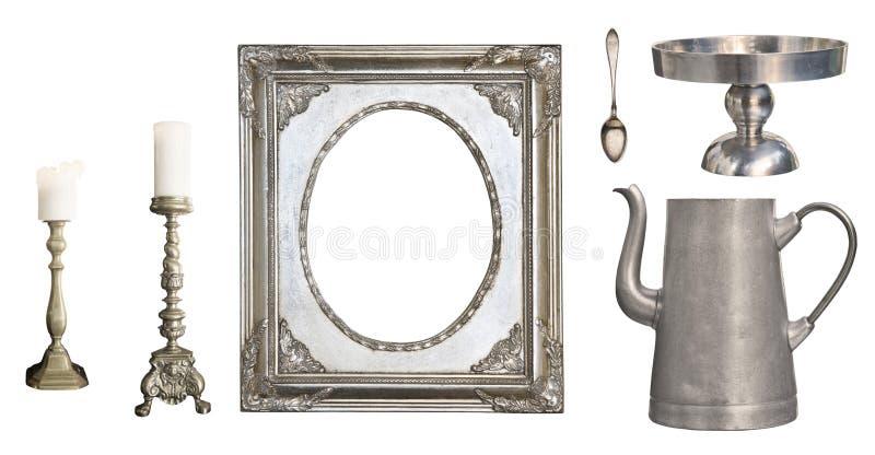 葡萄酒盘 老匙子,叉子,刀子,水壶,在白色背景隔绝的框架 库存照片
