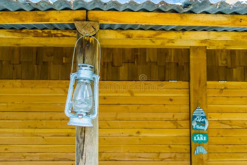 葡萄酒矿工灯笼垂悬在海滩小屋的,怀乡照明设备 库存照片