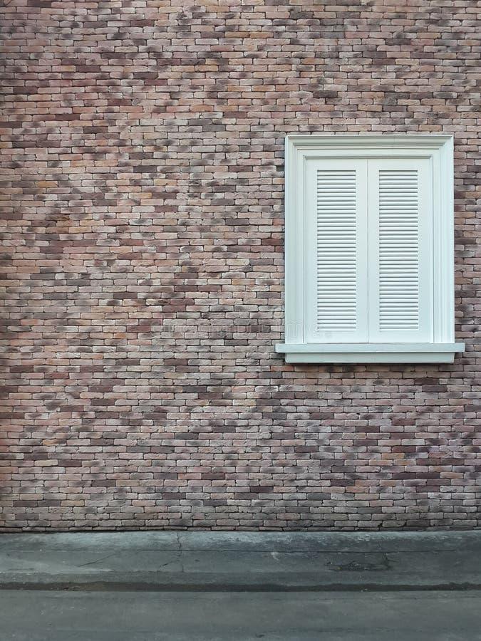 葡萄酒砖墙纹理和白色窗口背景  免版税库存照片