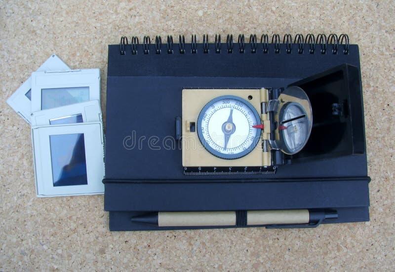 葡萄酒磁性指南针,幻灯片,与笔的一个笔记薄 免版税图库摄影