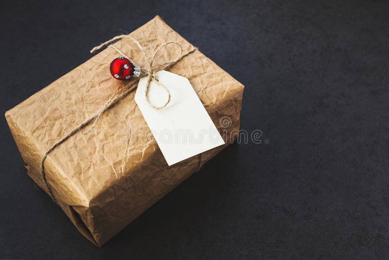 Download 葡萄酒礼物盒 库存照片. 图片 包括有 节假日, 灰色, 纸板, 装饰, 庆祝, 季节, 程序包, 叶子 - 62533088