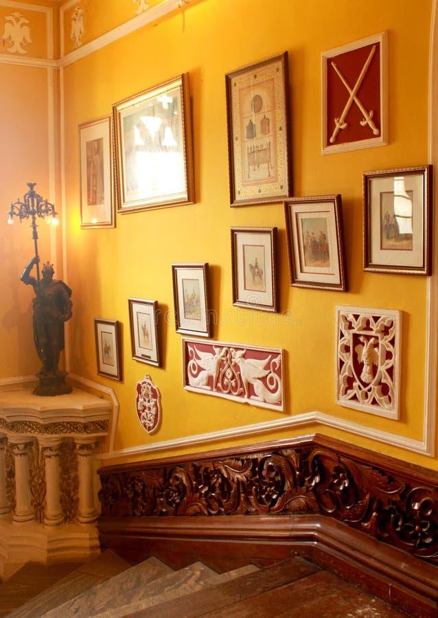 葡萄酒称呼了与班格洛宫殿的画廊的入口步  免版税库存图片
