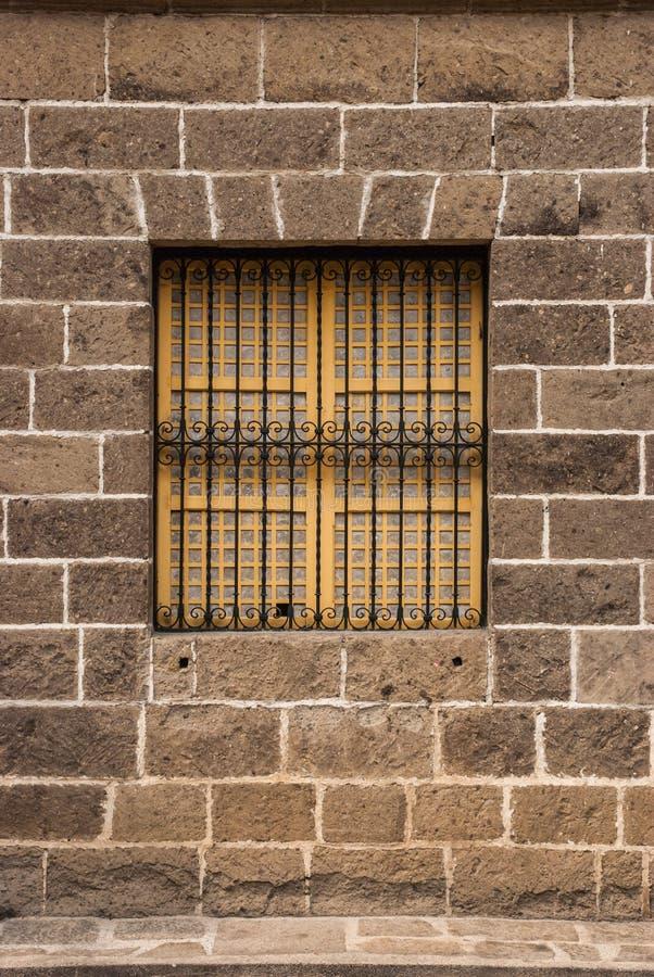 葡萄酒窗口和格栅 免版税库存图片