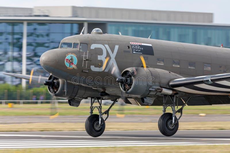 葡萄酒第二次世界大战道格拉斯C-47 DC-3有攻击开始日入侵条纹的运输飞机 免版税库存图片