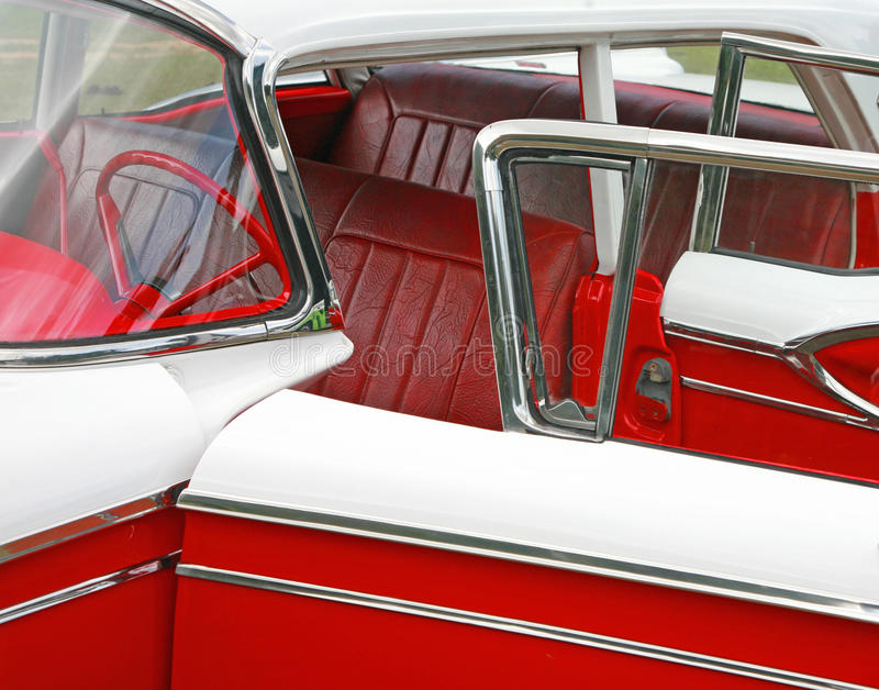 葡萄酒红色和白色汽车 免版税库存图片