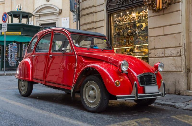 葡萄酒红色汽车 免版税库存图片