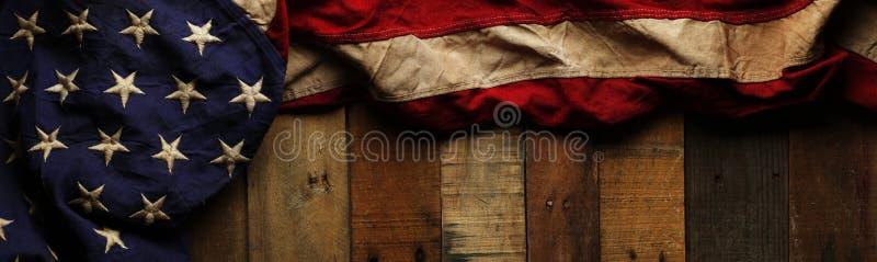 葡萄酒红色,白色和蓝色美国国旗为阵亡将士纪念日 免版税库存图片