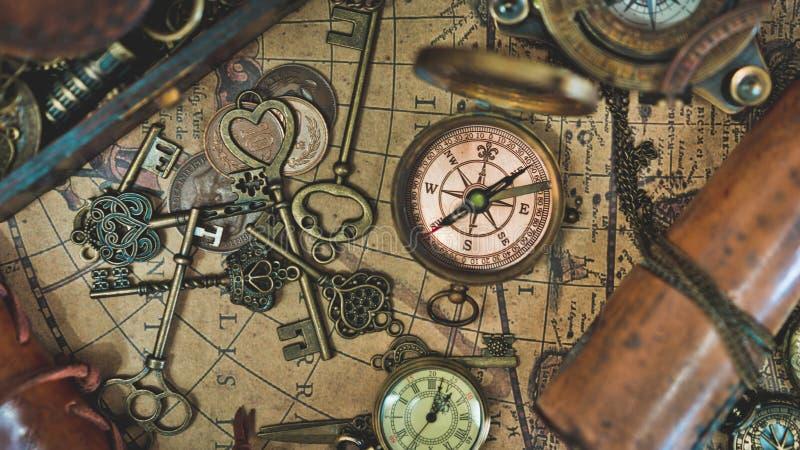 葡萄酒经典指南针和万能钥匙 免版税库存照片