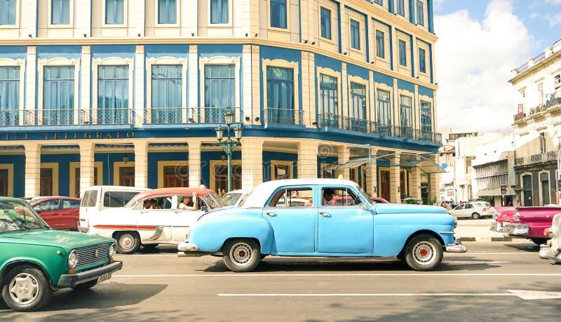葡萄酒经典驾车在普拉多街上的加利西亚宫殿附近在哈瓦那古巴 库存图片