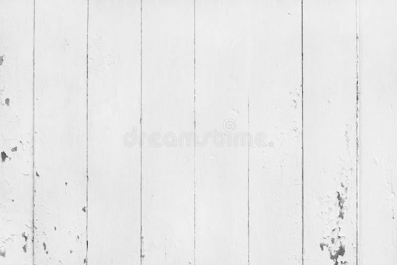 葡萄酒绘了与破裂和被剥皮的,抽象白色墙壁纹理的木背景在设计的自然样式 免版税图库摄影