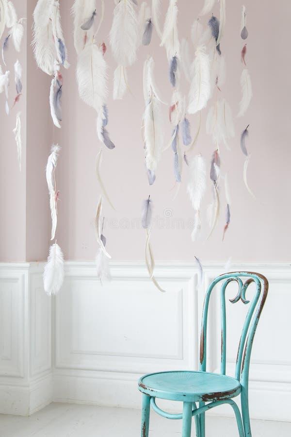 葡萄酒维也纳椅子对有膏药灰泥浅浮雕的墙壁  r 免版税库存图片