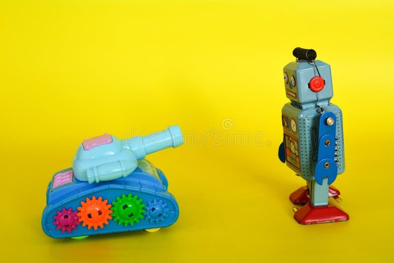 葡萄酒罐子被隔绝的玩具机器人和坦克 免版税库存照片