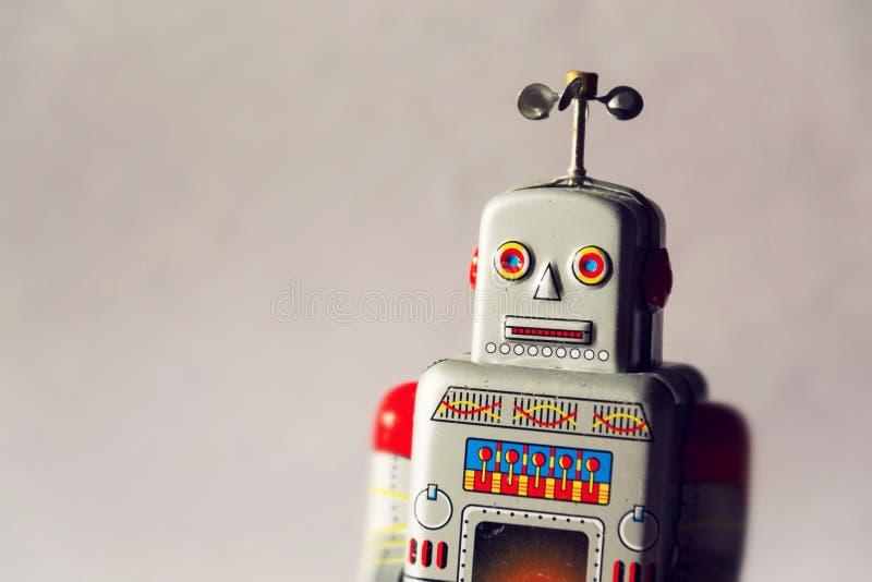 葡萄酒罐子被隔绝的玩具机器人,寄生虫交付人工智能概念 免版税库存图片