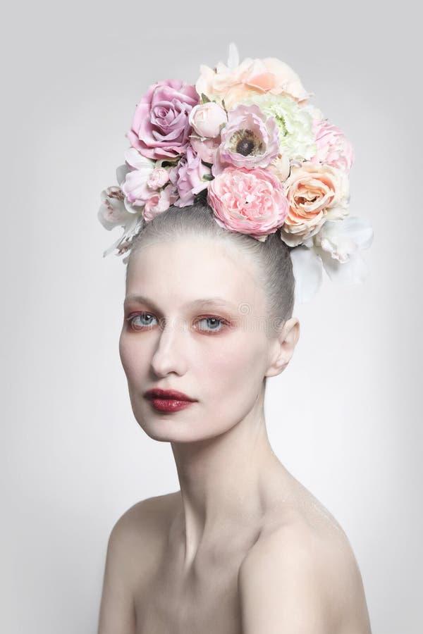 葡萄酒美女样式画象有花梢花发型的 图库摄影