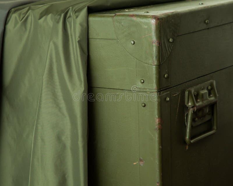 葡萄酒老军事箱子绿色存贮弹药锁布料抓战争 库存图片