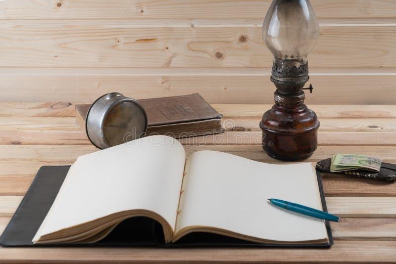 葡萄酒老手表开放笔记本灯书 库存照片