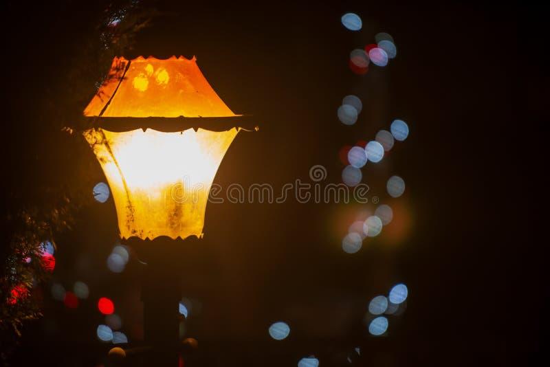 葡萄酒老牌路灯到底灯笼在与圣诞装饰的晚上 寒假传统 免版税库存图片
