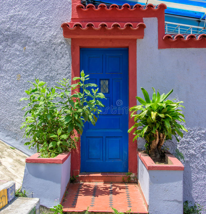 葡萄酒老白色墙壁、深蓝色门和植物,里约de Janeir 免版税图库摄影