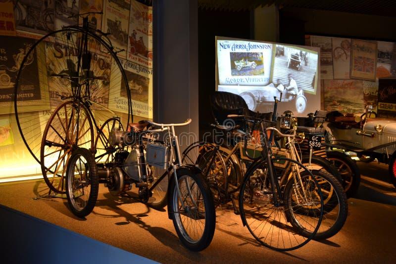 葡萄酒老自行车和老摩托车在比尤利英国 库存照片