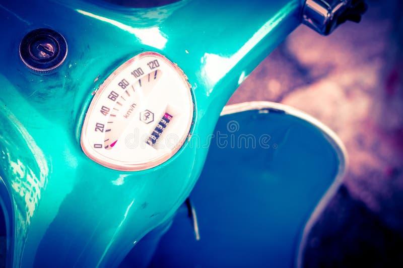 葡萄酒老蓝色滑行车速度计 库存照片